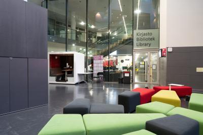 Kirjaston sisäänkäynti.