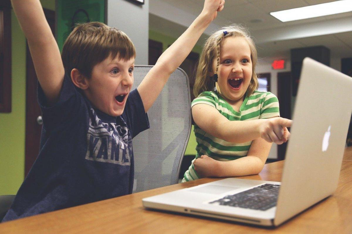 Lapset käyttävät tietokonetta.