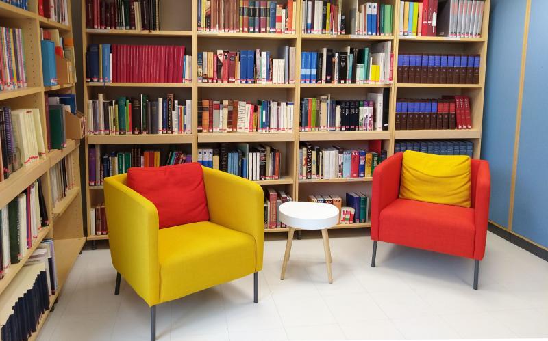 Kaksi nojatuolia kirjastossa.