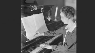 Helvi Leiviskä pianon ääressä.
