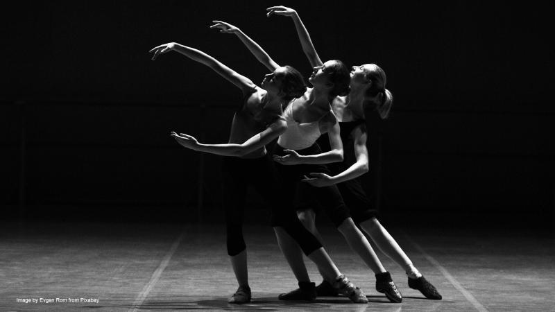 Kolme tanssijaa.