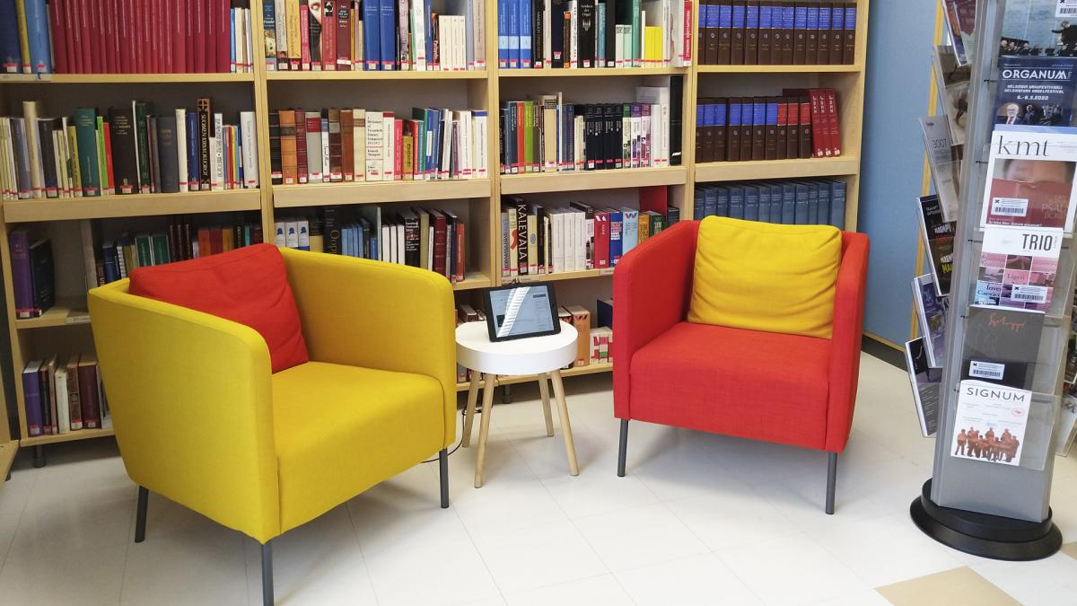 Two armchairs in a library.